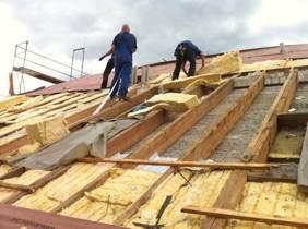 Zur Dacherneuerung gehört eine bauphysikalisch richtig eingebaute Dämmung mit Dampfbremse